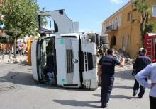 Faciadan dönüldü: Taş yüklü kamyon devrildi